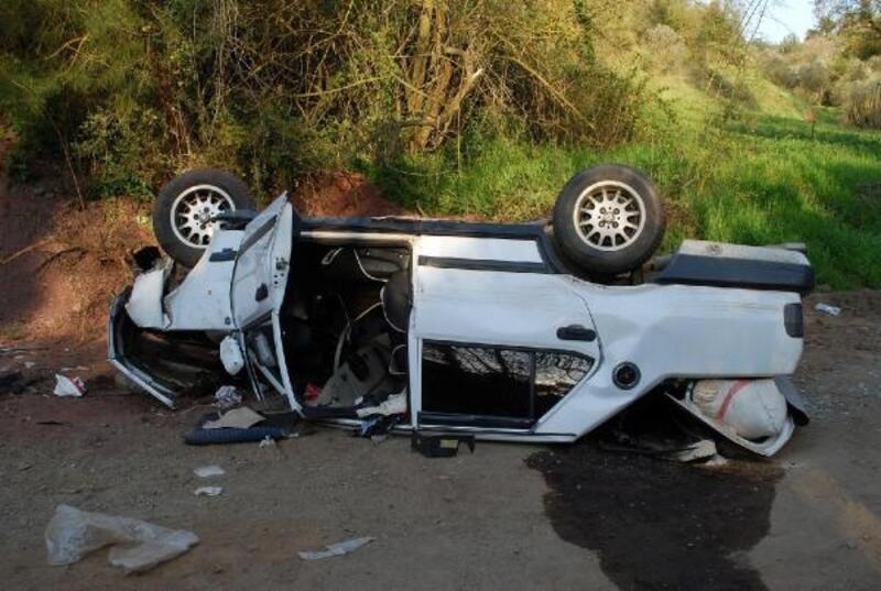 Şarampole yuvarlanan otomobildeki anne-oğul yaralandı