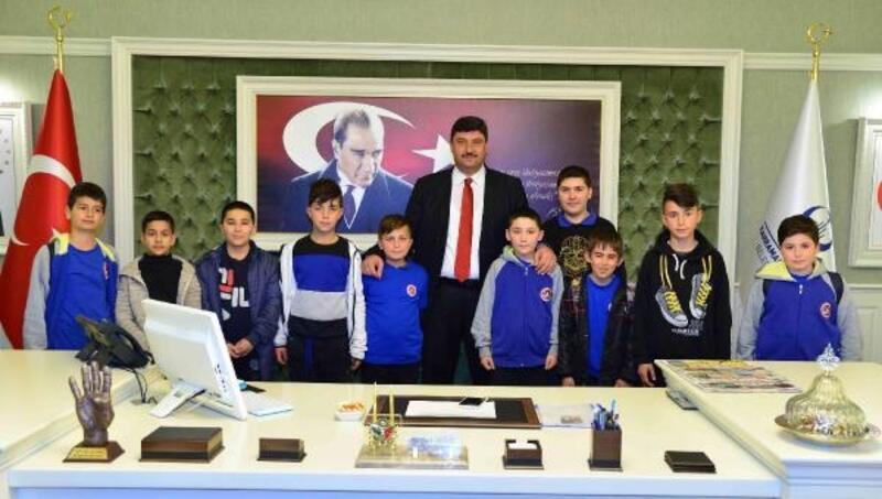 Başkan Oğuz'un ilk ziyaretçileri çocuklar oldu