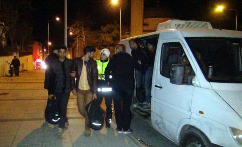 Polisten kaçan minibüste 21 kaçak yakalandı