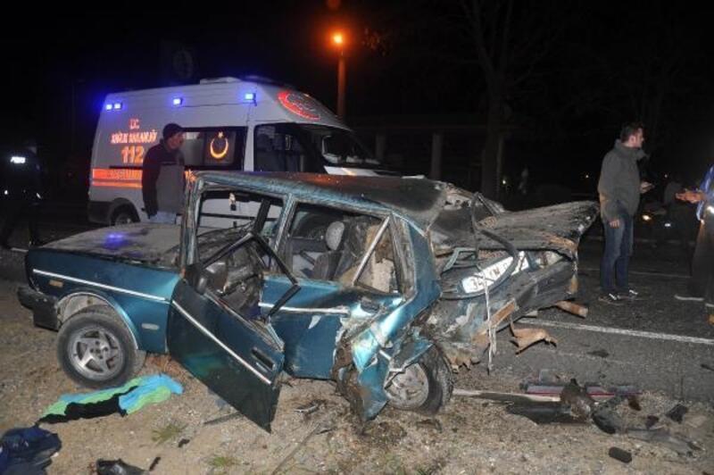 Yakıtı biten otomobile emniyet şeridinde otomobil çarptı: Baba-oğul yaralı