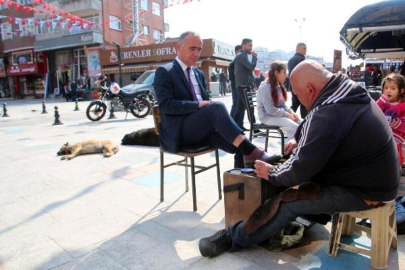 Ayakkabı boyacısı, kazandığı parayla sokak hayvanlarına bakıyor