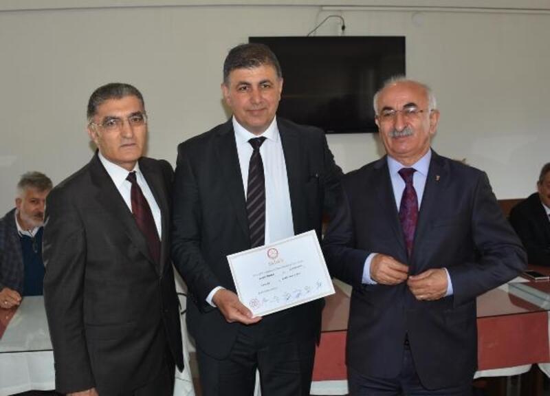 Karşıyaka Belediye Başkanı Cemil Tugay, mazbatasını aldı