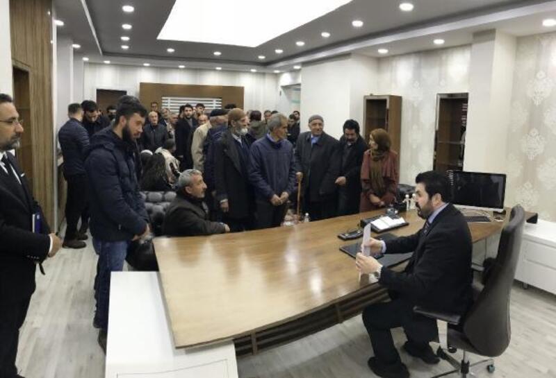 Makamının kapısını söken Başkan Sayan'a ziyaretçi akını