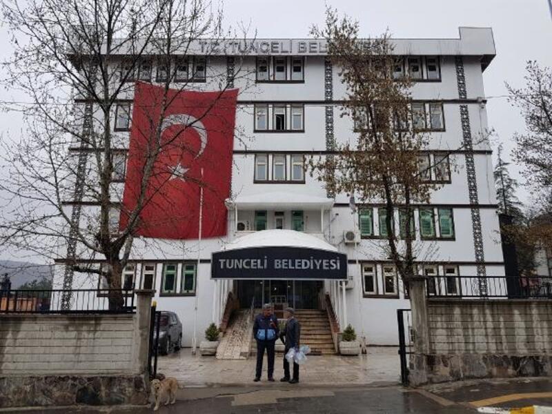 Tunceli'de Maçoğlu, belediye önündeki güvenlik duvarını yıktırdı