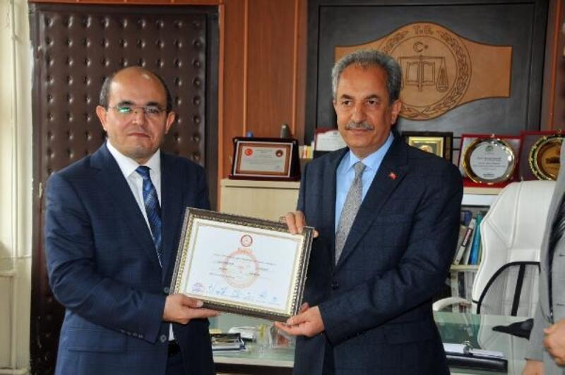 Yeniden seçilen Akşehir Belediye Başkanı, mazbatasını aldı