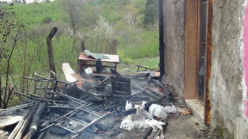 Eşiyle kavga ettikten sonra eşyaları yaktı, itfaiyecilere bıçakla saldırdı