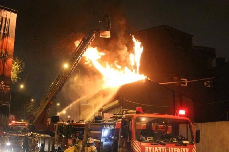 Eyüpsultan'da iş yerinin çatısı alev alev yandı