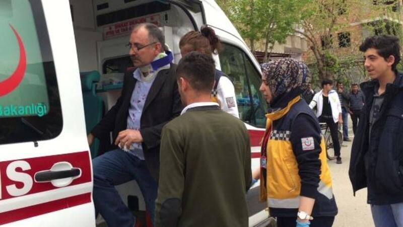 Servis minibüsü ile çarpışan otomobilin sürücüsü yaralandı