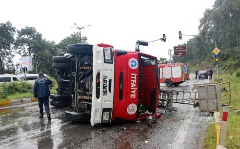 Kemer'de kazaya giden itfaiye aracı devrildi: 3 yaralı