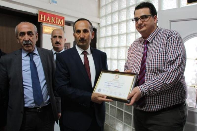 Şemdinli'de AK Parti'li Saklı, mazbatasını aldı
