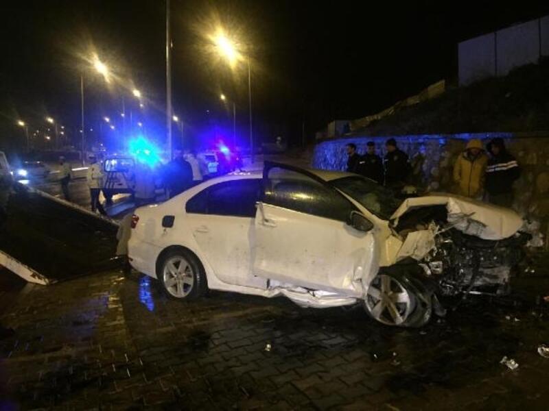Otomobil, duvara çarptı: 4 yaralı