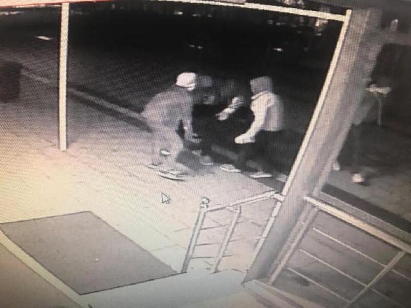 Caminin bağış kasasını çalan şüpheliler kameradan belirlenip yakalandı