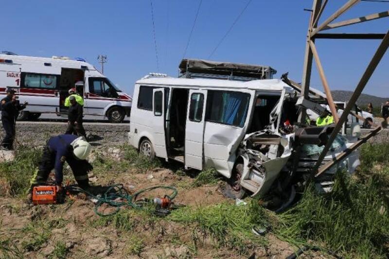 Minibüs yüksek gerilim hattı direğine çarptı: 1 ölü, 2 yaralı