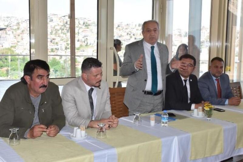 İşten çıkarılan işçiler toplandı, belediye başkan yardımcısı söz verdi
