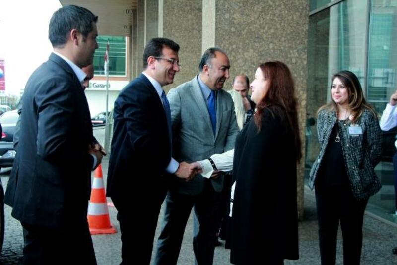 İmamoğlu, Gülizar Biçer Karaca'yı hastanede ziyaret etti.