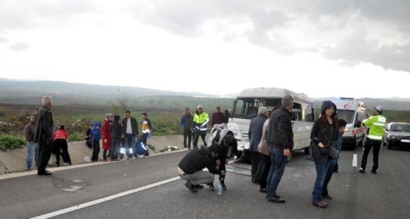Öğrenci servisi kamyona çarptı: 15 yaralı