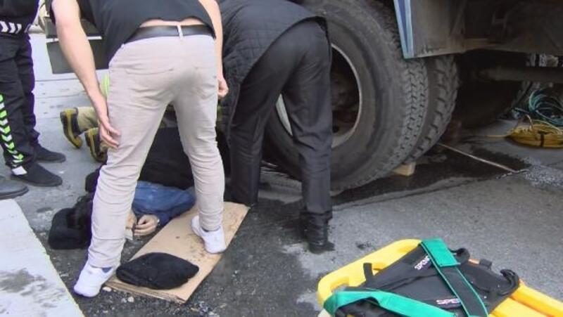 Zeytinburnu'nda kamyon altında can pazarı