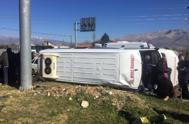 Yolcu minibüsüyle otomobil çarpıştı: 1'i ağır, 23 yaralı