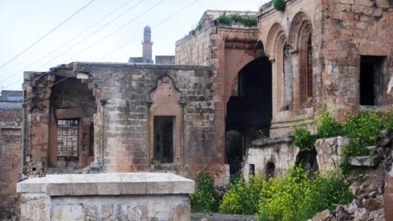 Mardin'in bakımsız tarihi yapıları yağmurla yıkıldı