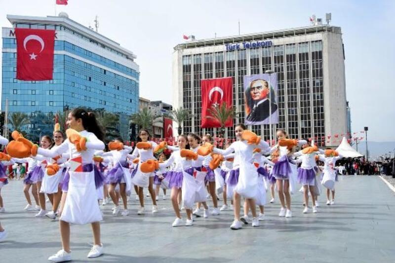 İzmir'de 23 Nisan Ulusal Egemenlik ve Çocuk Bayramı coşkusu