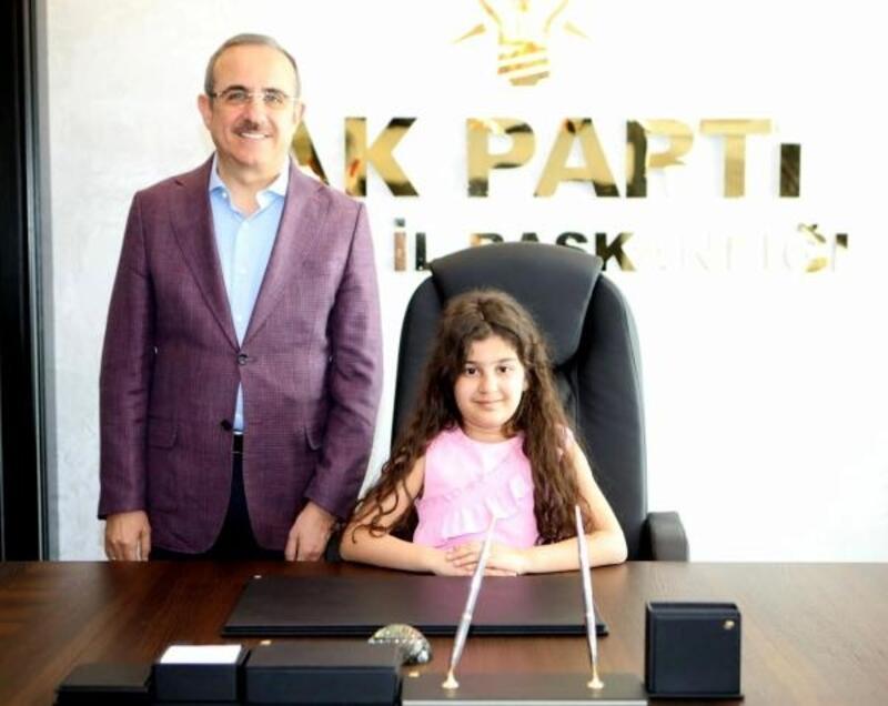 AK Parti İzmir İl Başkanı Sürekli'nin koltuğuna Azra Melek Dikencik oturdu