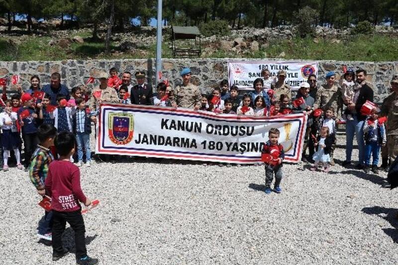 Kilis'te jandarmadan çocuklara hediye