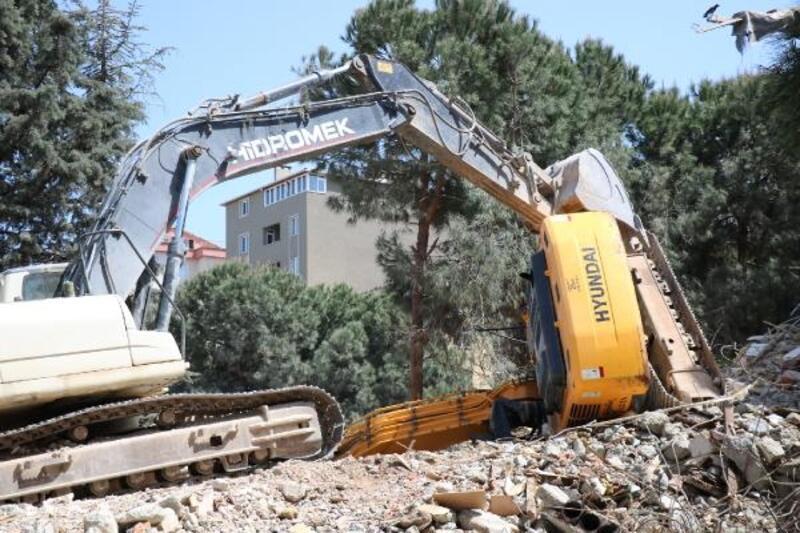 Maltepe'de inşaat alanına devrilen iş makinasının operatörü yaralandı