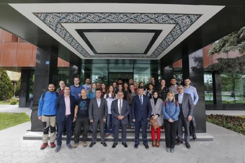 Farklı ülkelerden gelen gençlerden Başkan Büyükkılıç'a ziyaret