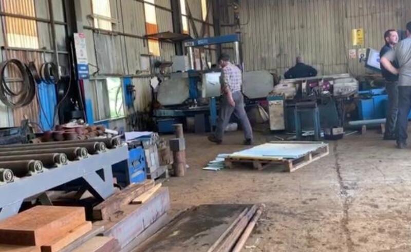 Maltepe'de demir doğrama makinesi altında kalan işçi ağır yaralandı