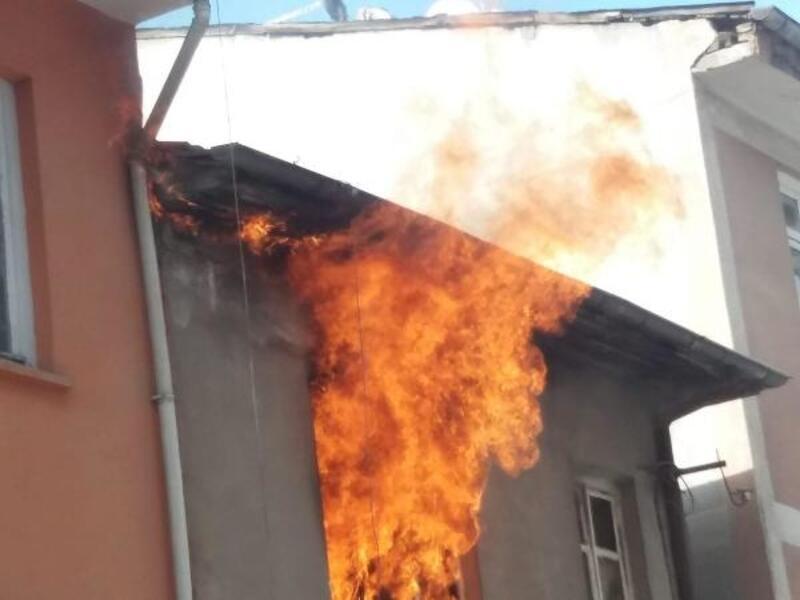 Elazığ'da üniversite öğrencilerinin evi, yangında kullanılamaz hale geldi