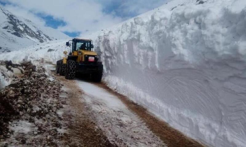 Rize'de kardan kapalı yayla yolları açılıyor