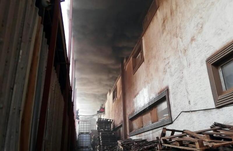 Mersin'de ceviz deposunda yangın