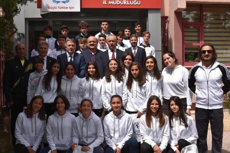 Gençlik ve Spor İl Müdürü Uysal, genç atletleri ödüllendirdi