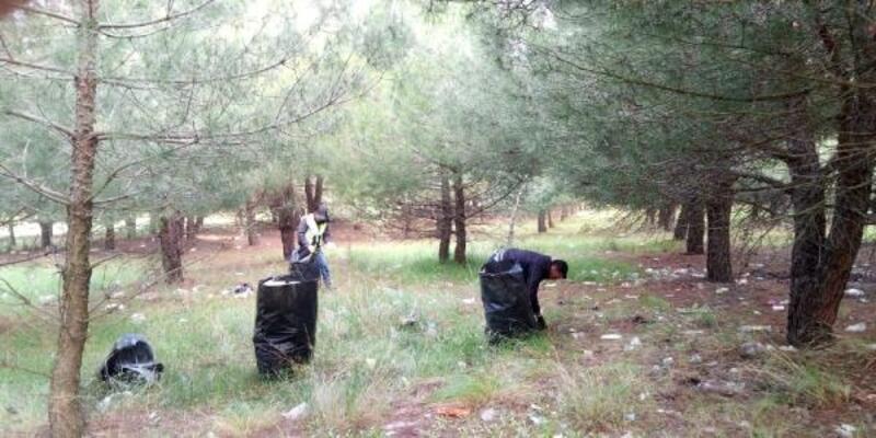 Piknikçilerin bıraktığı çöpleri belediye ekipleri topladı