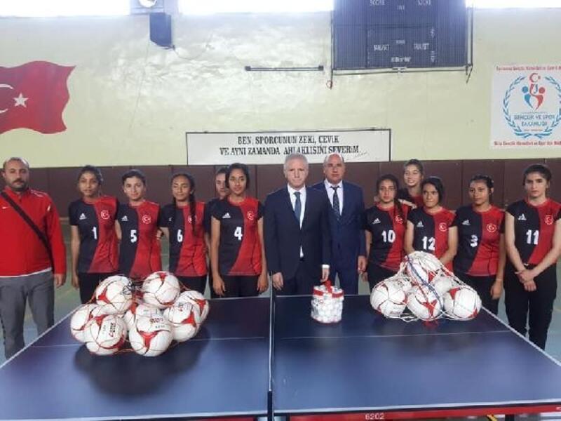 Vali Gül, Nizip'te spor malzemesi dağıtım törenine katıldı