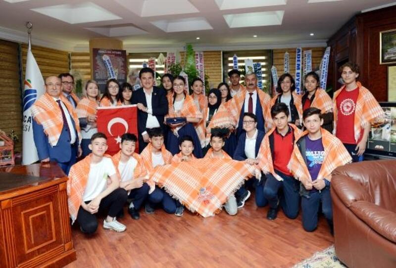 Kazak öğrencilerden Köleoğlu'na ziyaret