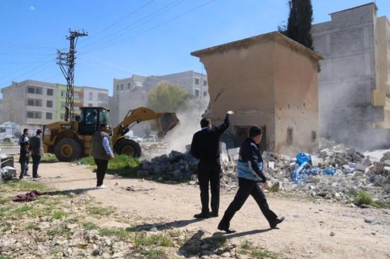 Metruk binalar yıkıldı, Suriyeliler evsiz kaldı
