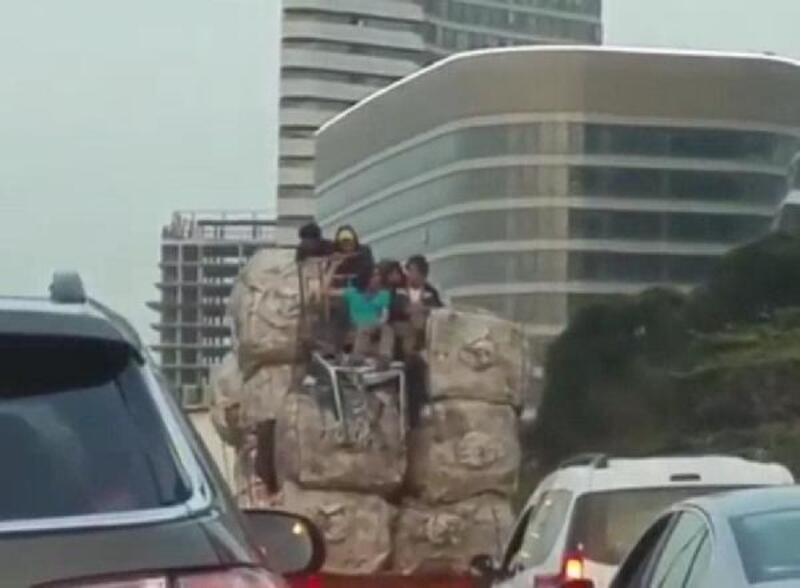 Kâğıt toplayıcılarının kamyonet üzerindeki tehlikeli yolculuğu