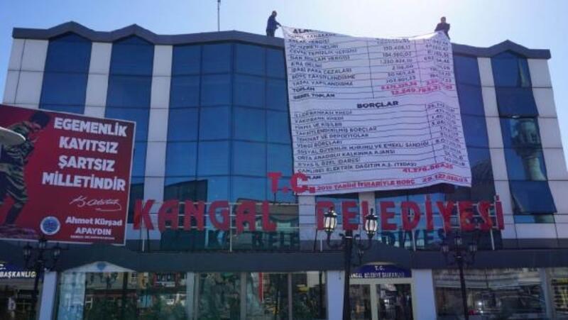 Belediyenin borçlarını afiş yaptırıp astırdı