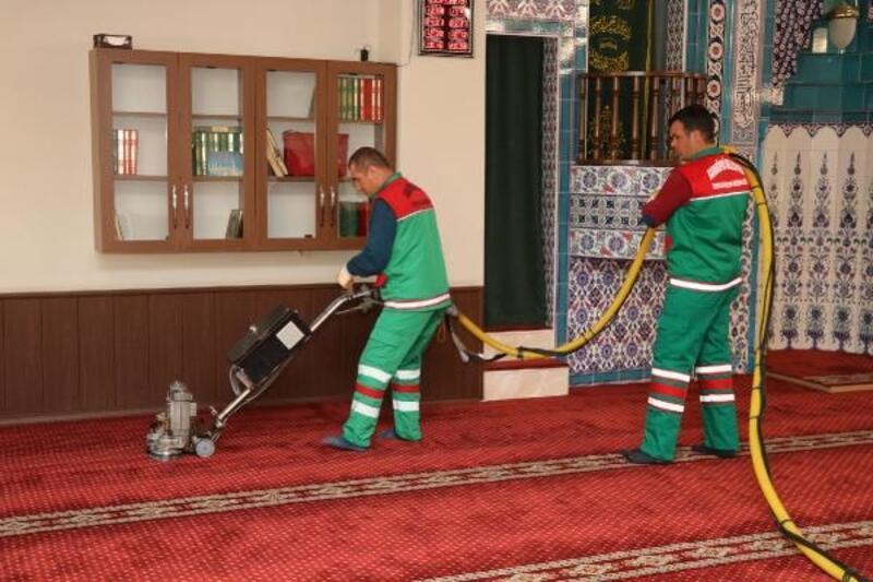 Karaköprü'de camilerde Ramazan temizliği