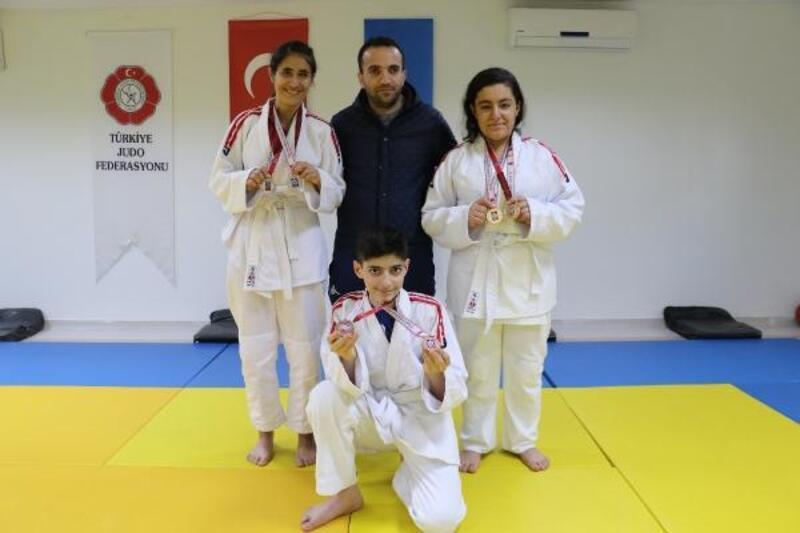 6 bin lira borç alıp gittikleri turnuvadan 11 madalyayla döndüler