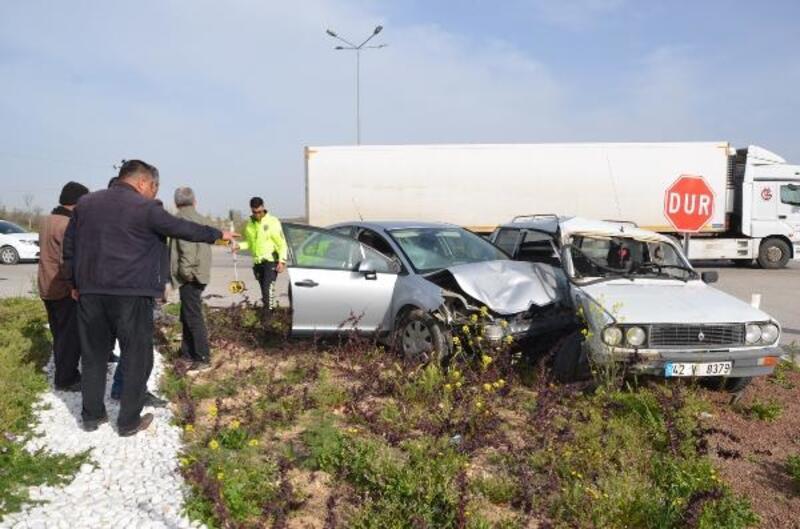 2 otomobil kavşakta çarpıştı: 6 yaralı