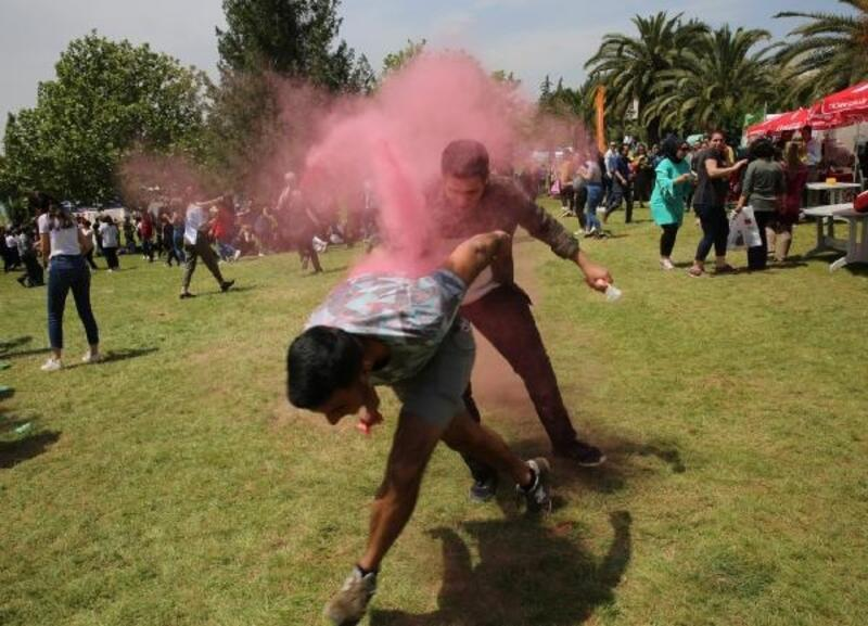 Çukurova Üniversitesi öğrencileri Color Fest'te eğlendi