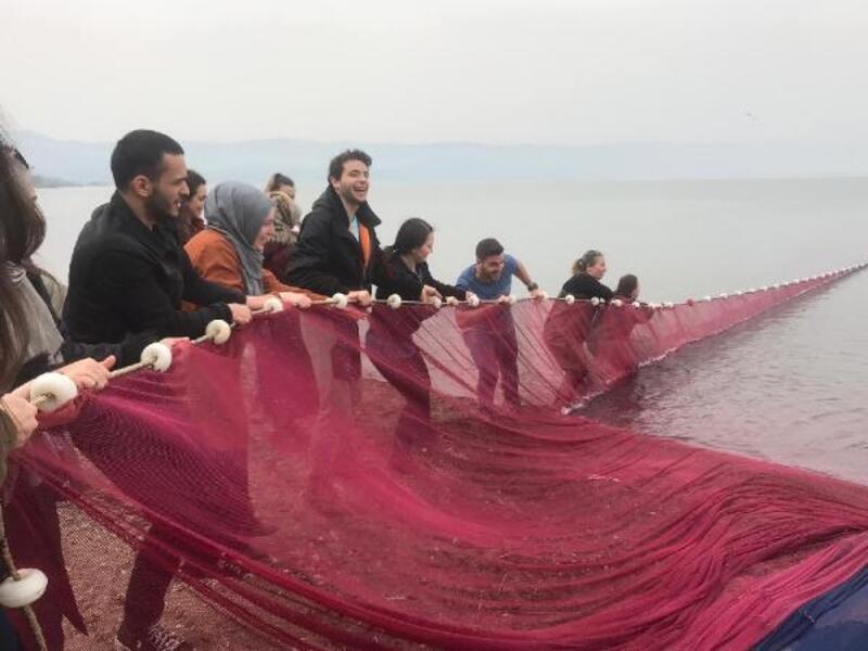 İznik Gölü'nde, Su Bilimleri Fakültesi öğrencileri yaşanan kirlilik için incelemelerde bulundu
