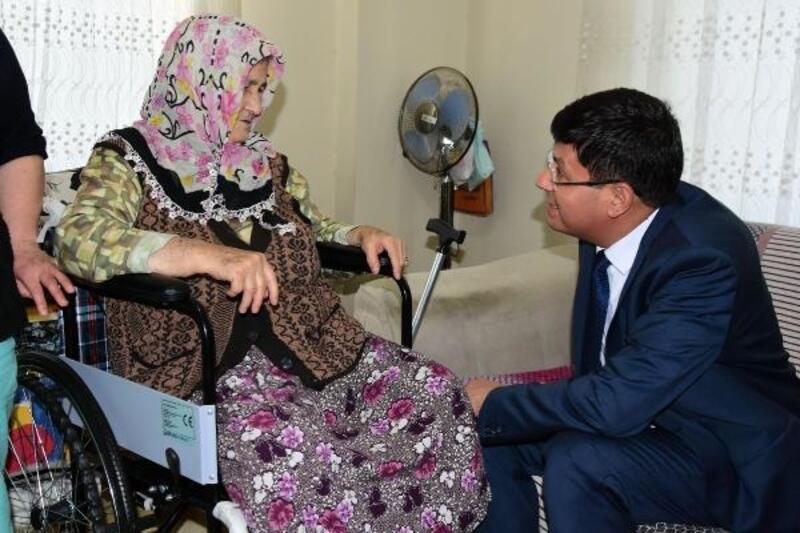 Nazillili yaşlı ve engelli kadına tekerlekli sandayle