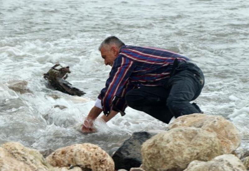 Buse'yi arama çalışmaları sürüyor; acılı baba suyun tahliyesi için taşları elleriyle attı