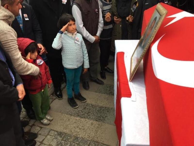 Şehit Astsubay'ı, çocukları asker selamıyla uğurladı