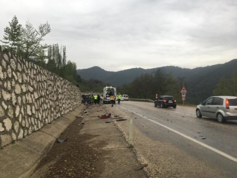 Isparta'da kamyon ile otomobil çarpıştı: 5 yaralı