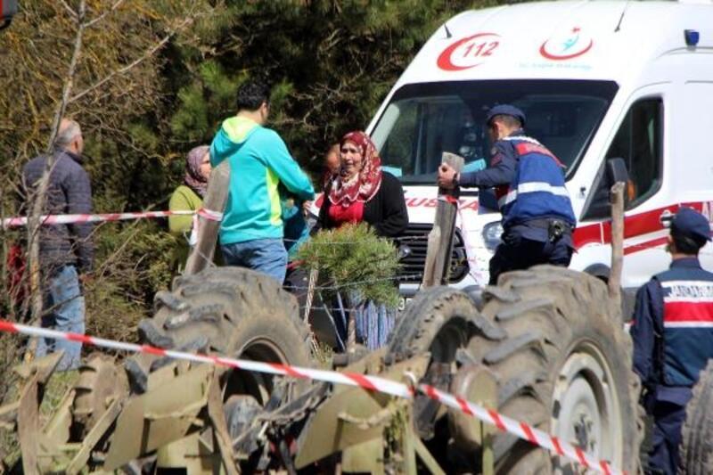 Devrilen traktörün sürücüsü öldü, yakınları sinir krizi geçirdi