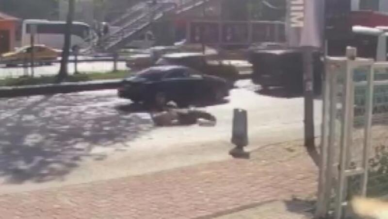 Beyoğlu'nda motosiklet sürücüsünün ölümden döndüğü kaza güvenlik kamerasında